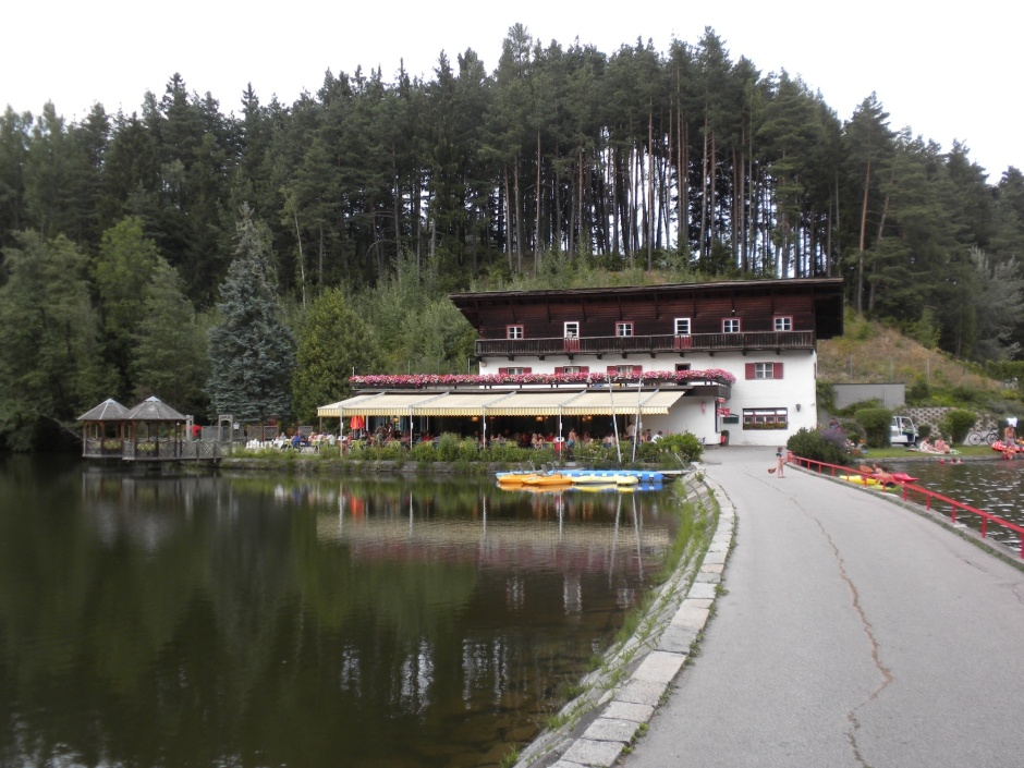 Campsite restaurant and pizzeria on the lake.