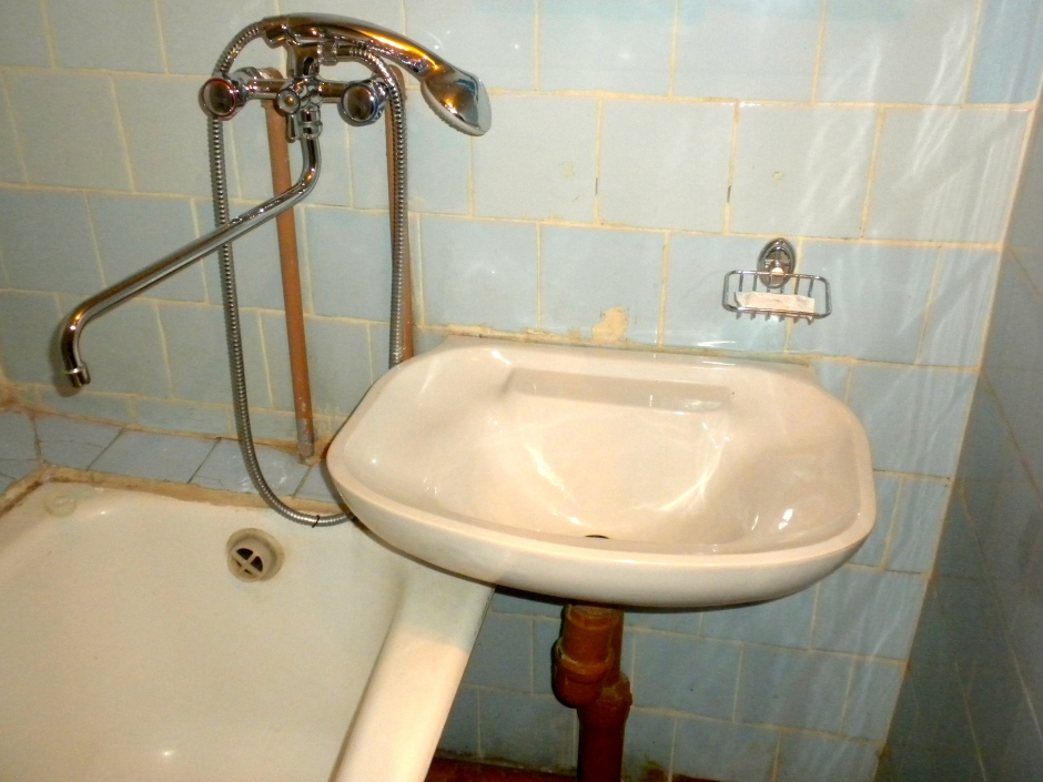 The faucet/tap serves both the bath and the wash-basin (it moves sideways)