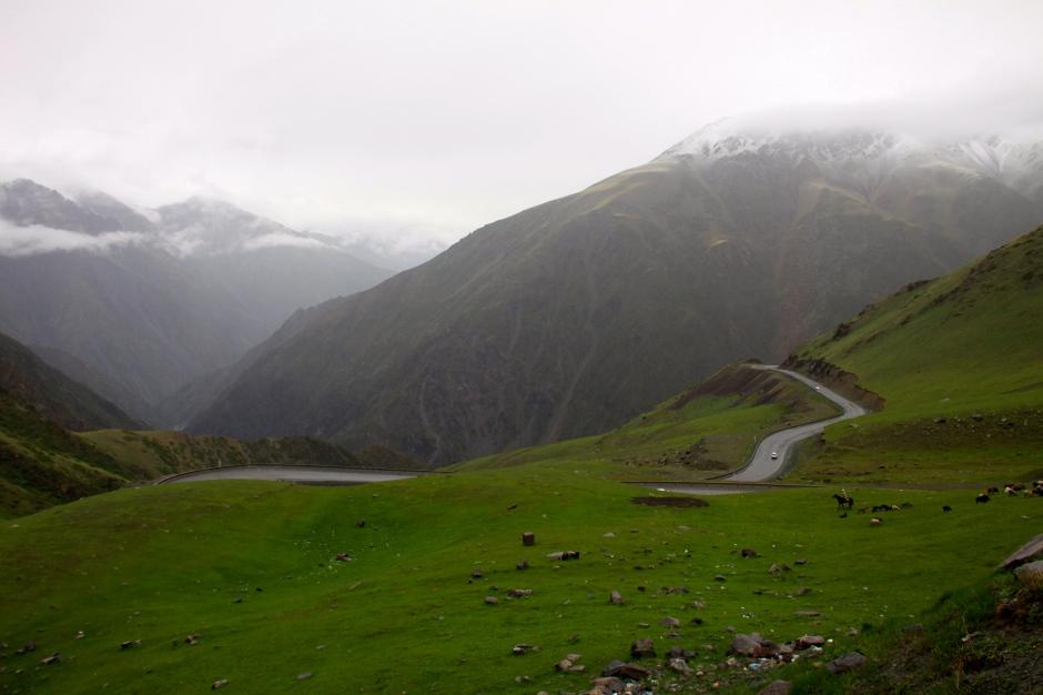The road to Too Asuu Pass