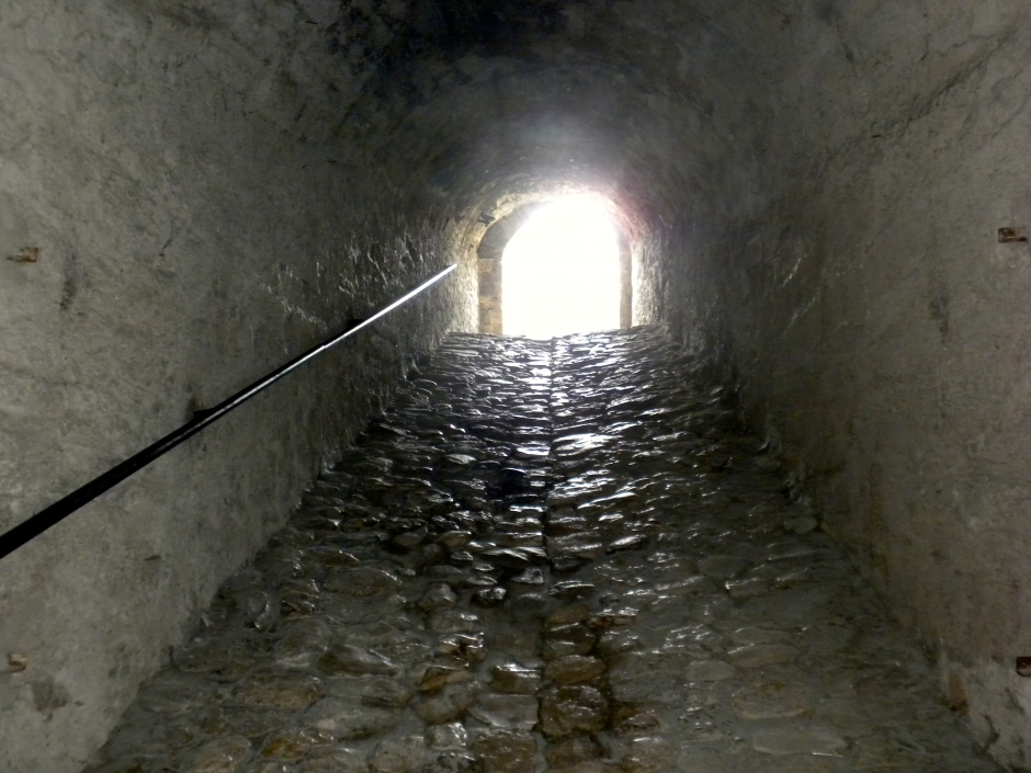 A ramp-tunnel leads up the the top level of the fort