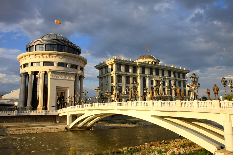 Bridge to the Public Prosecutions and Financial Police (round building) and Ministry of Foreign Affairs