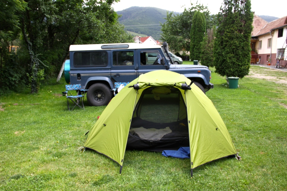 Tent with open flaps and Defender with open windows and sunroof. Fortunately, all were closed before the rain came.