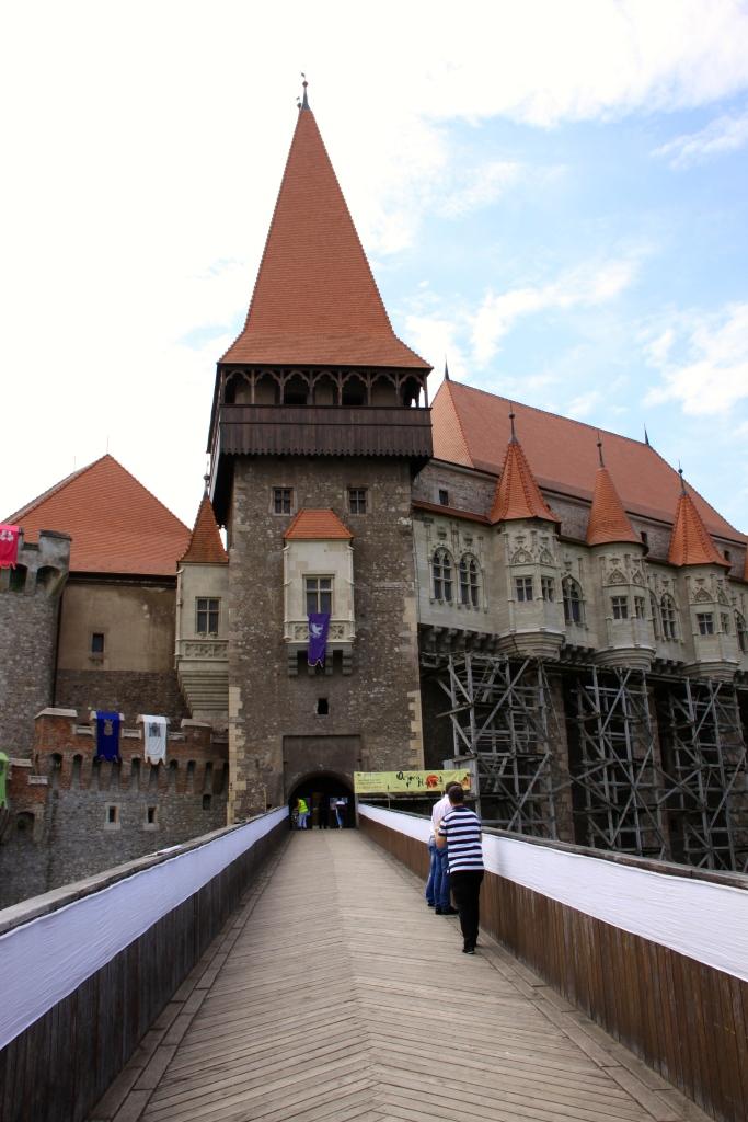 Corvinesti castle - the view from the bridge