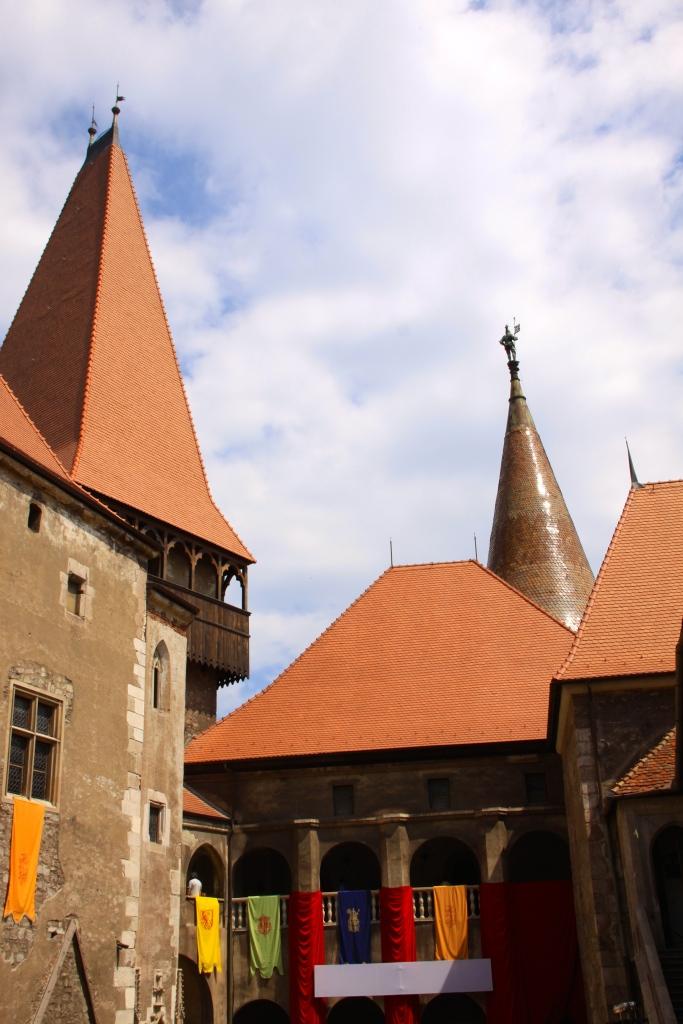 The courtyard - Corvinesti Castle