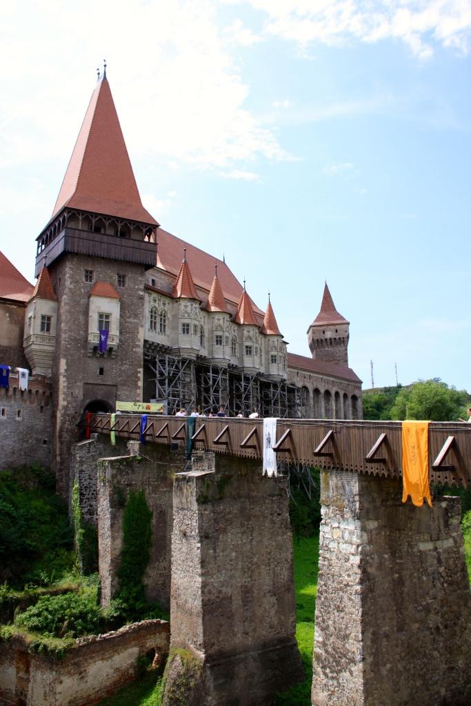 Corvinesti Castle - the front gate a bridge