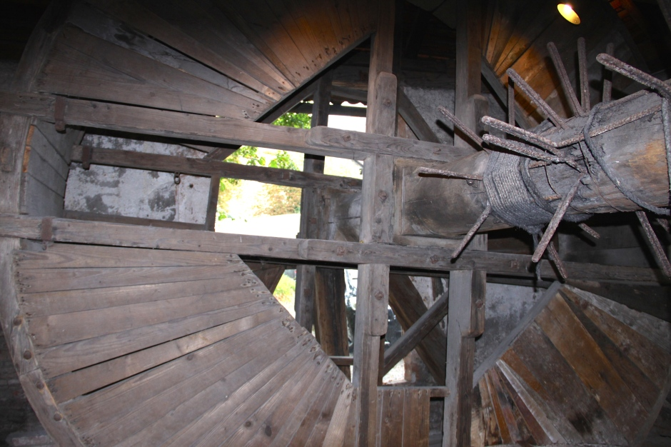Wooden winding mechanism for the water well. Two prisoners would walk inside the wheel to raise and lower buckets of water.