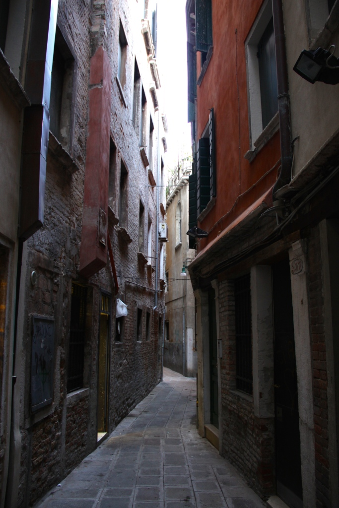 A narrow alley on the way to Rialto