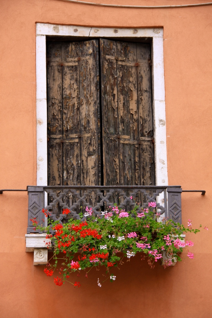 Love those shutters!