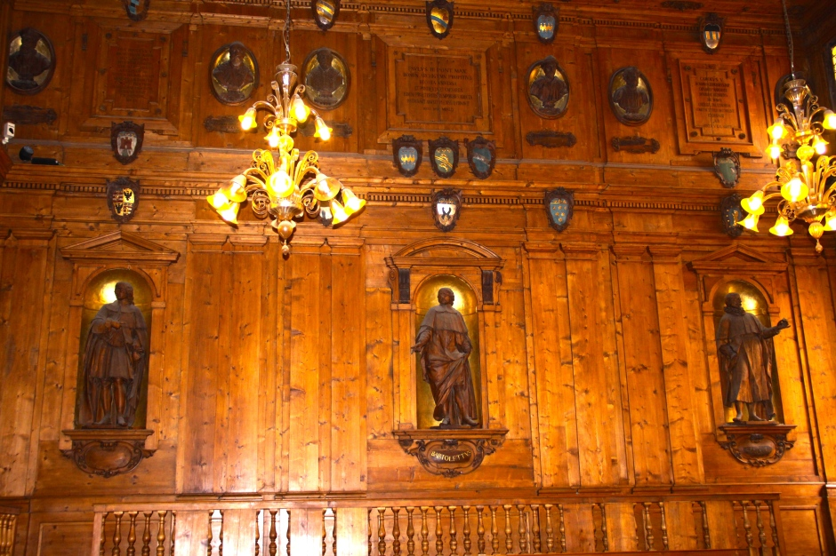 One of the walls of the Anatomical Theatre featuring statues of historical physicians