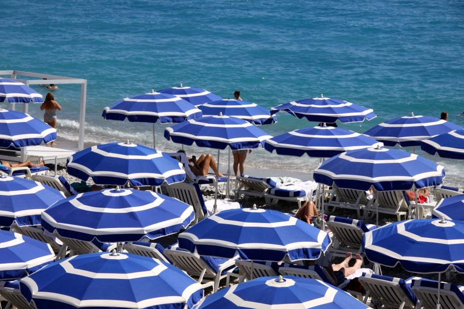 20 euros per day to rent a sun lounger (25 euros for the front row). Umbrellas cost extra.