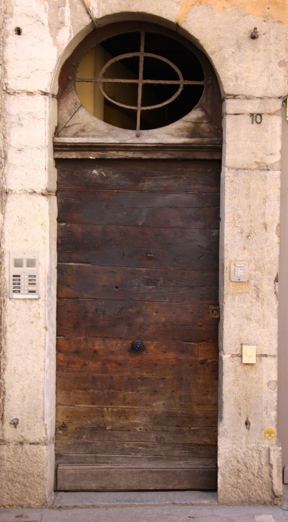 One of the simple doors that conceal traboules