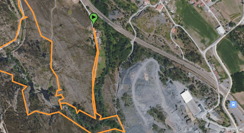 Close-up showing proximity of railway station (bottom right corner) to the start of the hiking trail
